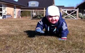 Jonathan på græs